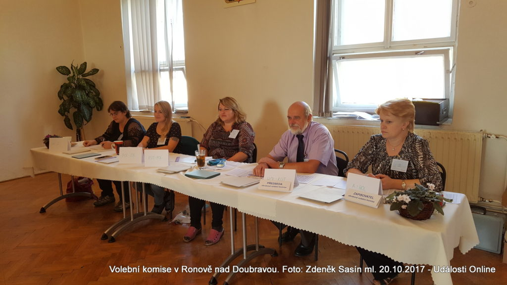 Volební komise v Ronově nad Doubravou.